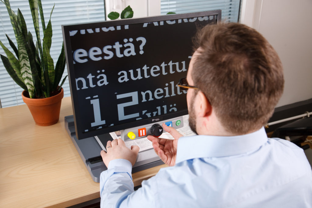 Mies käyttää tekstinsuurennustyökalua.