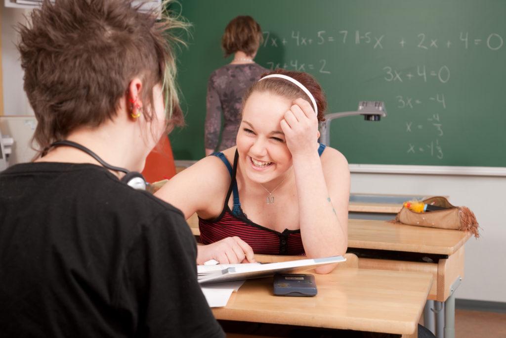 nuoria koululuokassa.